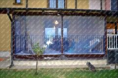 Vedere din fata a unei terase inchise cu PVC